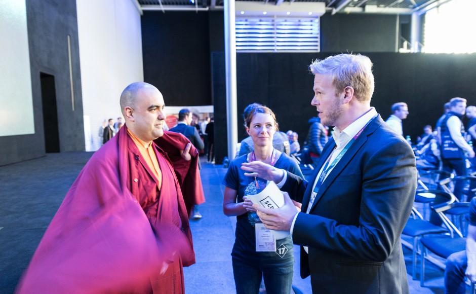 Ein tibetanischer Mönch ist heute einer der führenden Speaker... und trotzdem relaxt. Als Experte für Meditation.